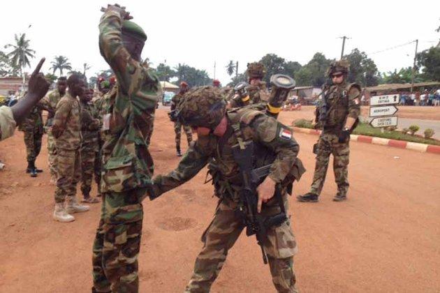 Un soldat français fouille un ex-Séléka à Bangui, lors des débuts de l'opération Sangaris. © XAVIER YVON/EUROPE1