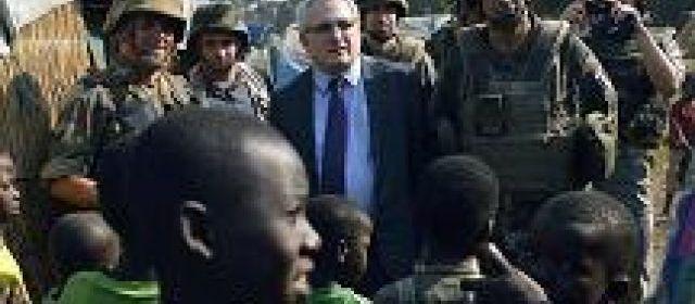 Bossangoa (République centrafricaine), le 16 janvier. L'ambassadeur de France Charles Malinas estime que « le climat est de plus en plus apaisé » et que la France doit maintenant aider la nouvelle présidente à « refaire fonctionner l'Etat ». | (AFP/Eric Féferberg.)