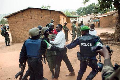 Arrestation musclée de responsables des milices Anti-Balaka hier. Crédit photo : Source