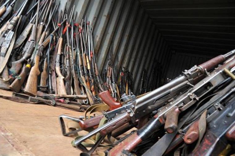 Des armes de milices anti-balaka confisquées par les soldats français à Bangui le 7 février 2014 ( Archives/Issouf Sanogo/AFP)