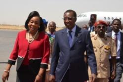 La président centrafricaine Catherine Samba Panza accueillie par le président tchadien Idriss Deby le 17 février 2014 à N'Djamena (Photo Brahim Adji. AFP)