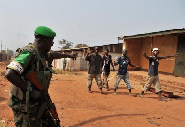 Un soldat rwandais appartenant à la MISCA fait un geste en direction de passants. Crédit photo : Sources