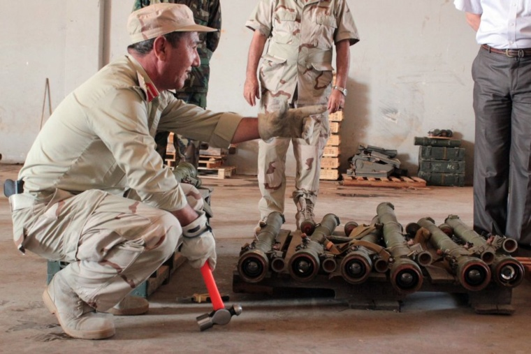 Un militaire libyen neutralise des missiles SA-7. PHOTO ARCHIVES AFP