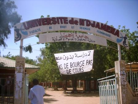 Une affiche accrochée à l'entrée de l'Université de N'Djamena. Crédit photo : Sources