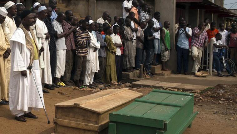 Les cercueils de deux musulmans tués dans le quartier de PK5, le 23 mars 2014, Bangui. REUTERS/Siegfried Modola