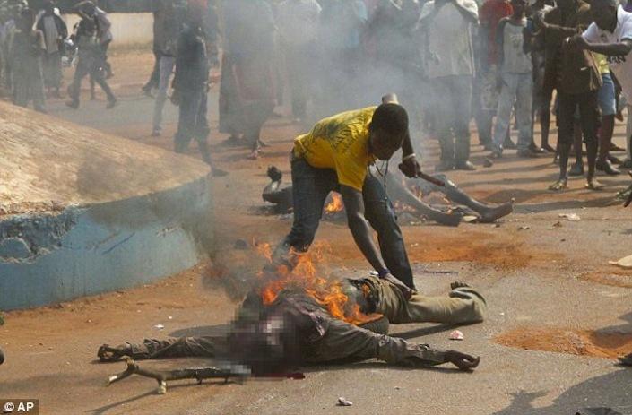 """Un jeune homme surnommé """"chien méchant"""" démembre un musulman qui vient d'être lynché par une foule à Bangui et mange son bras. Crédit photo : Sources"""