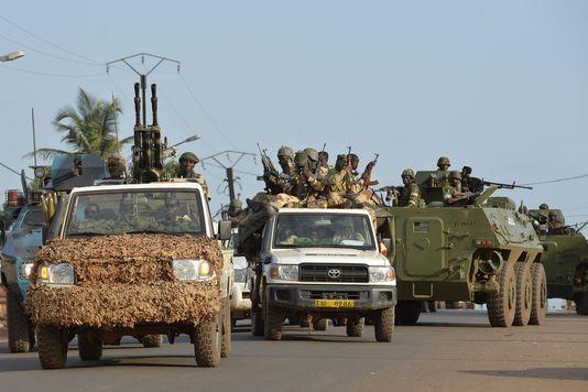 Des soldats tchadiens quittent Bangui, vendredi 4 avril. | AFP/MIGUEL MEDINA