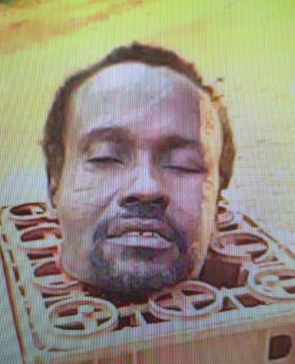"""La tête décapitée de l'Imam Adam surnommé """"Saki"""", de SOSSO-NAKOMBO, non loin de Berberati"""
