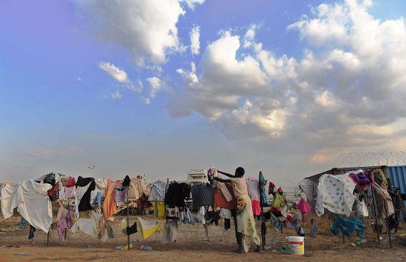 Une jeune Sud-Soudanaise étend son linge sur les barrières d'un camp de la mission des Nations Unies au Sud-Soudan, près de Juba où les gens affluent, de peur des massacres. - TONY KARUMBA - IMAGEGLOBE