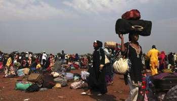 Des Tchadiens à l'aéroport de Bangui, le 28 décembre 2013. © Reuters/Andreea Campeanu