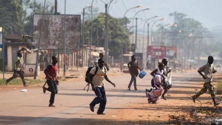 Des habitants fuient les rues de Bangui au bruit des balles. Crédit photo : Sources