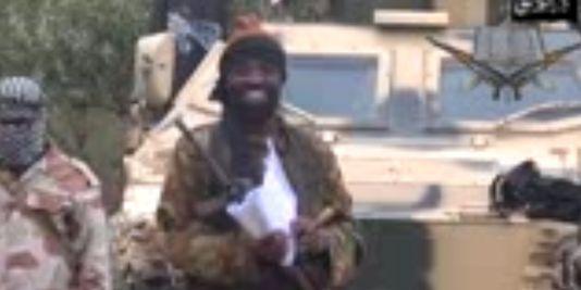 Le chef de Boko Haram, Abubakar Shekau, dans une vidéo où il évoque l'enlèvement des 233 jeunes filles, le 5 mai 2014. | AFP/HO