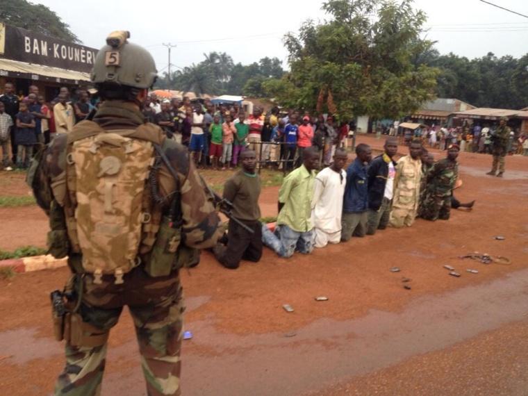Désarmement de musulmans à Bangui dès le début de l'opération Sangaris. Crédit photo :Sources