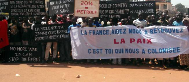 Des citoyens centrafricains manifestent devant l'ambassade de France à Bangui, le 1er janvier 2013. © WONGOUE / CHINE NOUVELLE/SIPA