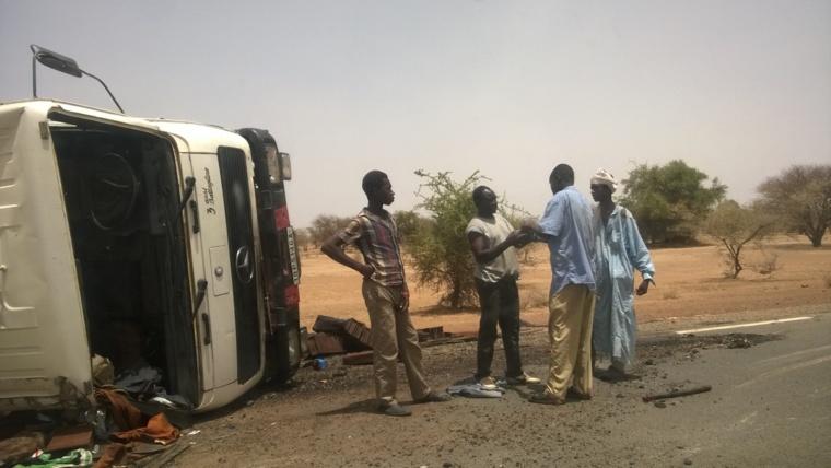 Un camion s'est renversé hier sur la route Abéché-Oum Hadjer. Le chauffeur est grièvement blessé tandis que le chef de bord à la main cassée. Photo : Alwihda Info/Sadam Ahmat