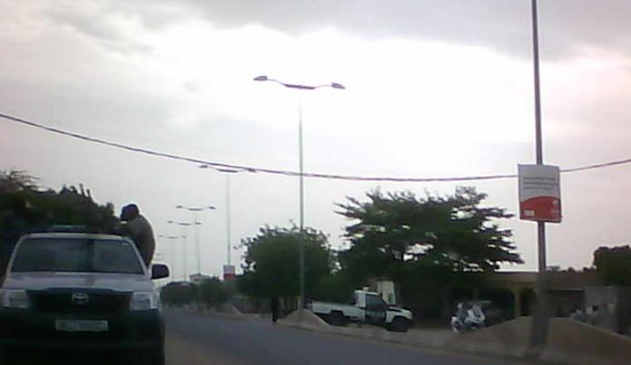 Les forces de l'ordre bloquent une rue vers le quartier Amriguébé.