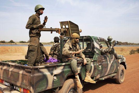 Des soldats maliens sur la route de Diabali, le 26 janvier 2013. Photo : Reuters/JOE PENNEY