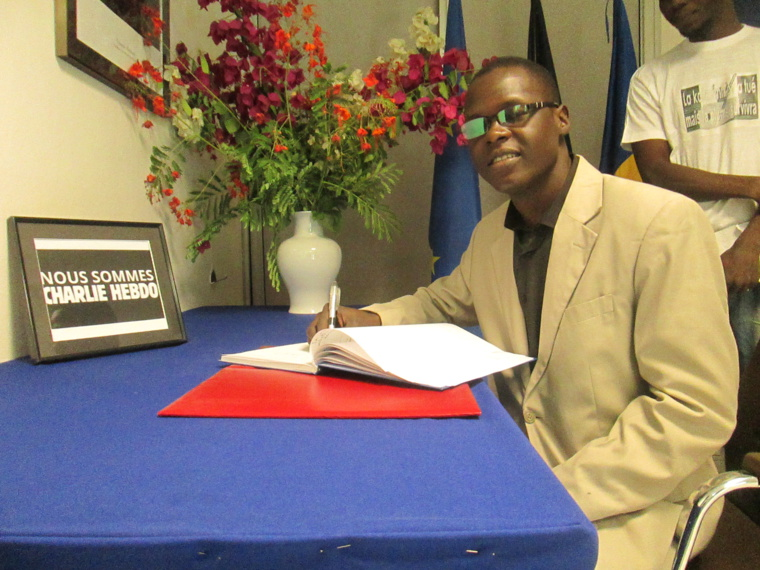 Le directeur général d'Alwihda Actualités, Mahamat Ramadane, signant le livre des condoléances à l'Ambassade de France au Tchad.