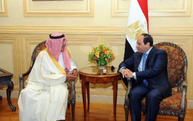 Le président égyptien Abdel Fattah al-Sissi (d) et le prince d'Arabie saoudite Muqrin bin Abdulaziz al-Saud, à Charm el-Cheikh le 13 mars 2015