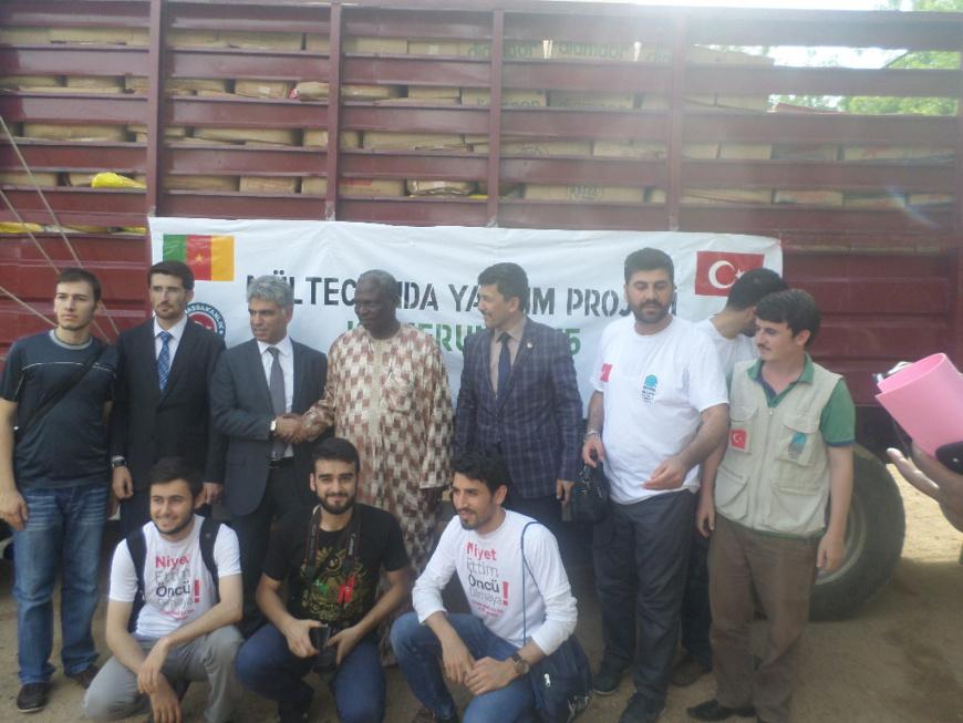Le coordonnateur national du programe Tika saluant le Maire de waza en compagnie des agents d'appui de la Tika