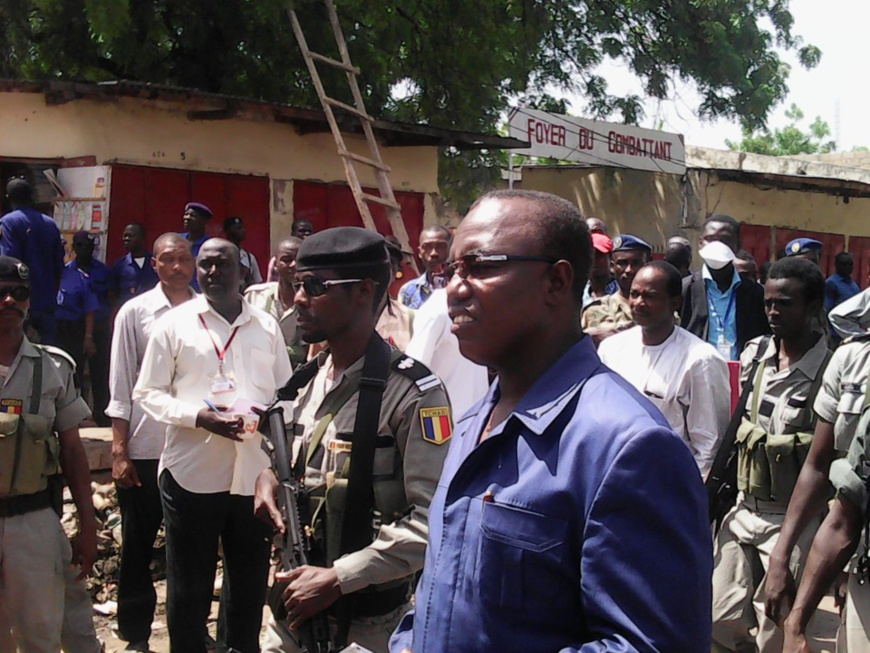 Les officiels sur les lieux des attentats, au grand marché de N'Djamena. Alwihda Info/D.W.W.