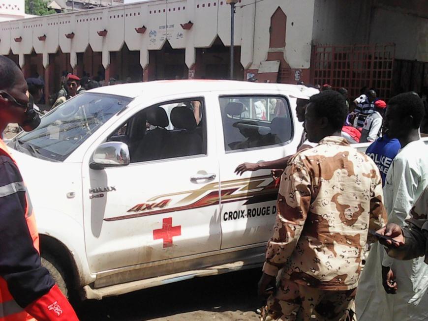 Un véhicule de la croix-rouge au grand marché de N'Djamena, peu après l'attentat kamikaze du 11 juin dernier. Alwihda Info/D.W.W.