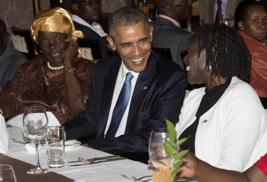 A  Nairobi, Barack Obama a diné vendredi avec Mama Sarah, avec qui le président n'a pas de liens de sang mais qu'il considère comme sa «grand-mère» et sa demi-sœur Auma Obama. (AFP/ SAUL LOEB.)
