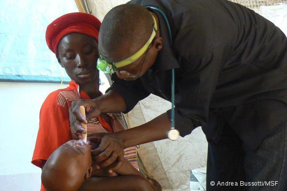 Unité de traitement du paludisme MSF à l'hôpital de Moïssala, Tchad. Consultation à l'admission au service de soins intensifs. © Andrea Bussotti/MSF