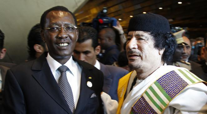 Idriss Déby (gauche) et Kadhafi. Crédit Reuters