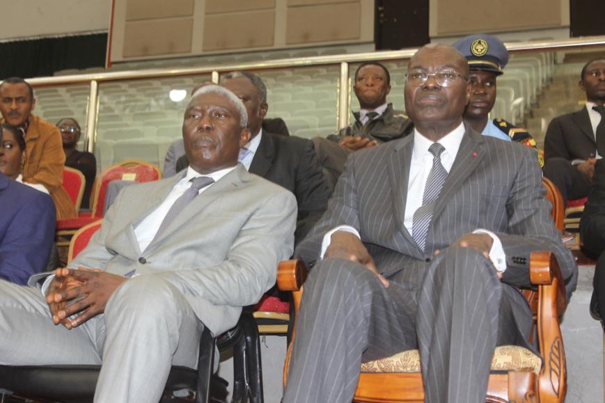 Me François Mbassi (à gauche) et le ministre camerounais des Sports et l'Education physique Adoum Garoua au Palais des Sports de Yaoundé.