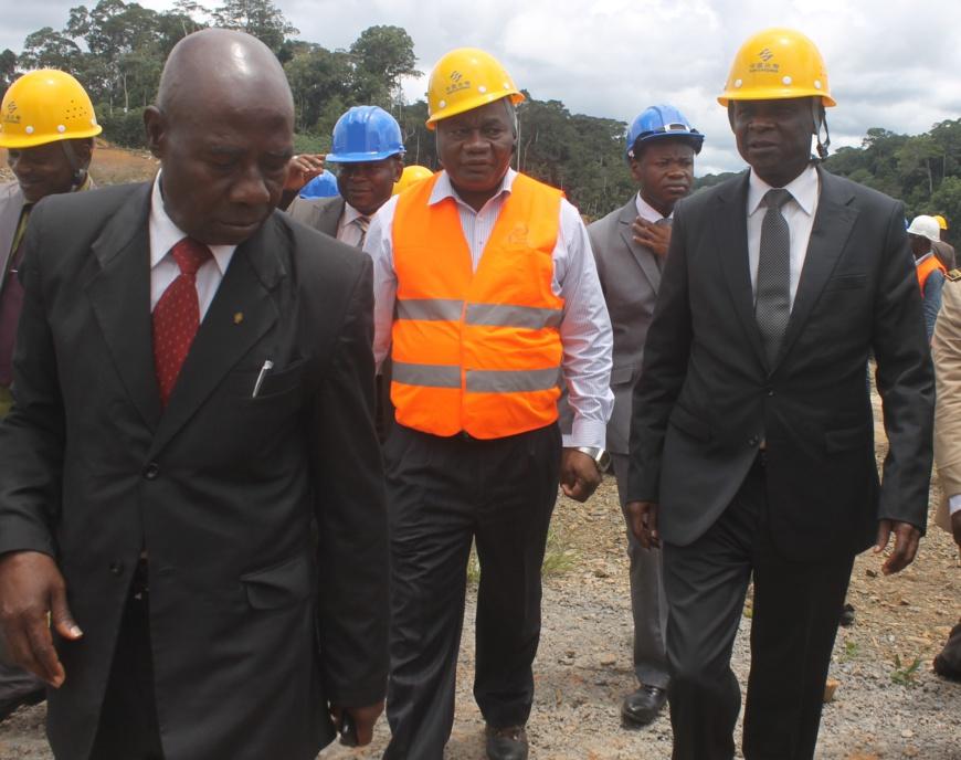 Le ministre Zacharie Perevet (à droite), en compagnie du directeur du  projet Memve'ele, le Dr Dieudonné Bisso.