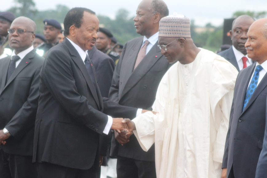 Paul Biya saluant son gouvernement à l'aéroport de Yaoundé, lors de la dernière visite de François Hollande au Cameroun.