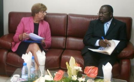 Le ministre Mbarga Atangana recevant Mme Collet à son cabinet.