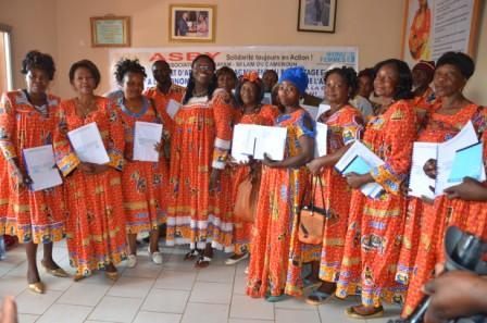 Photo de famille avec la présidente Mballa Biloa au terme d'une  session de formation inter-régionale.