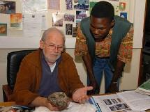 Michel Brunet et Ahounta Djimdoumalbaye, deux des découvreurs de Toumaï au Laboratoire de géobiologie, biochronologie et paléontologie humaine de Poitiers