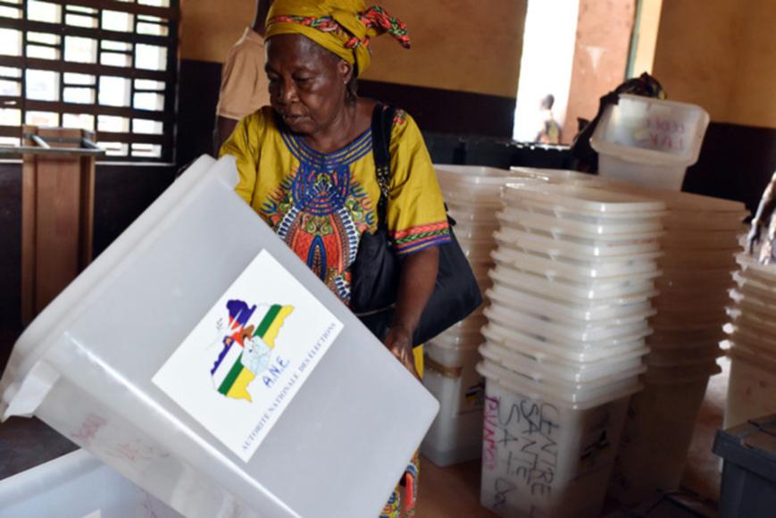 Installation d'un bureau de vote à Bangui, le 29 décembre 2015. ISSOUF SANOGO/AFP