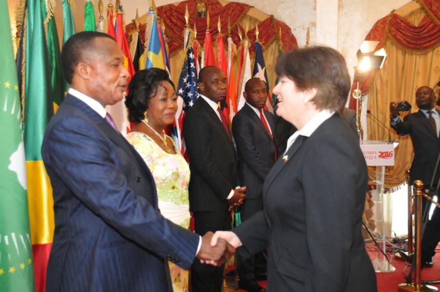 Poignée de main entre Denis Sassou N'Guesso et l'ambassadeur des USA