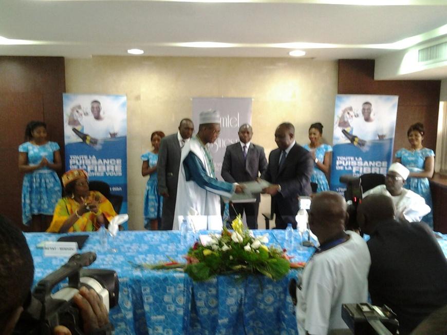 Jean-Claude Mbwentchou(MINHDU) et David Nkoto Emane(Dg Camtel) matérialisent les instructions du président Biya