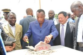 Le président Denis Sassou N'Guesso posant la première pierre de la BSCA Bank