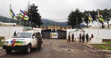 Des rebelles du Séléka devant le palais présidentiel, à Bangui, le 25 mars 2013. Crédit photo : Sources