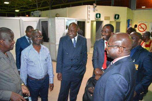 Le ministre Bidoung Mkpatt (au centre), en toute convivialité avec des membres de la délégation camerounaise à l'aéroport de Nouakchott.