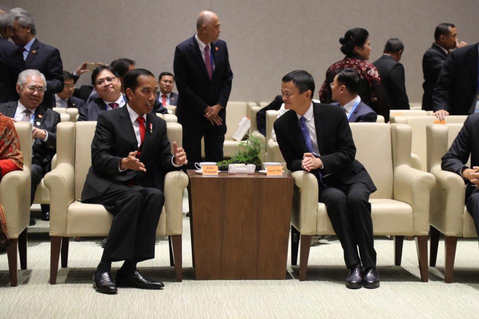 Indonesian President Joko Widodo (left) talks with Alibaba CEO Jack Ma (right). (Photo: Alibaba)