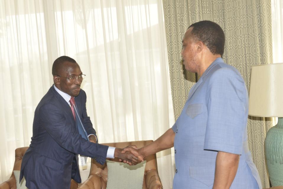 Poignée de Main entre Denis Sassou N'Guesso et Gilbert Bawara