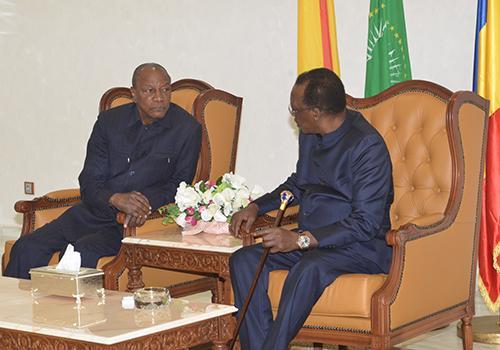 En escale au Tchad, Alpha Condé s'entretient longuement avec Déby à l'aéroport et repart