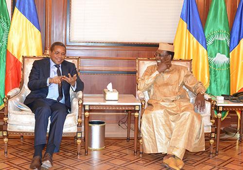 """L'ancien Président tanzanien veut tirer le système éducatif tchadien """"vers le haut"""""""