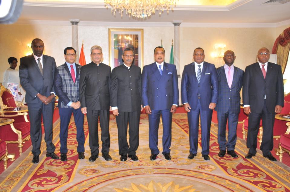 Photo de famille des ambassadeurs accrédités (à gauche)