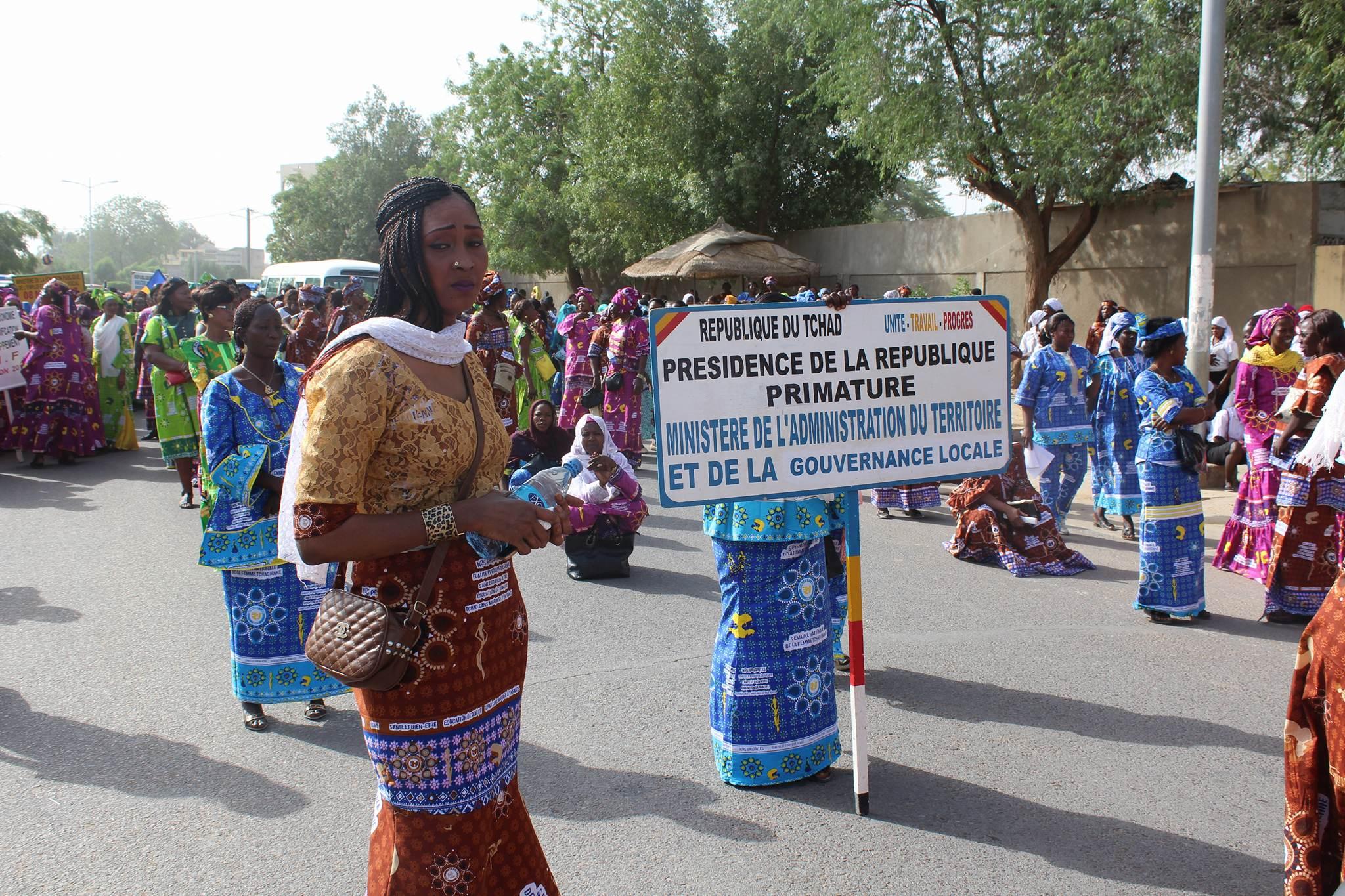 Un défilé du personnel féminin de la Primature à la place de la nation, pour la journée internationale de la femme. Alwihda Info/D.W.
