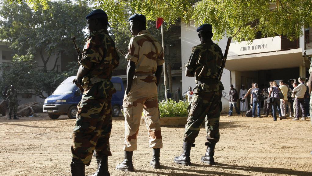 Soldats tchadiens devant le tribunal de Ndjaména (image d'archive 2007). © Thomas SAMSON/Gamma-Rapho via Getty Images