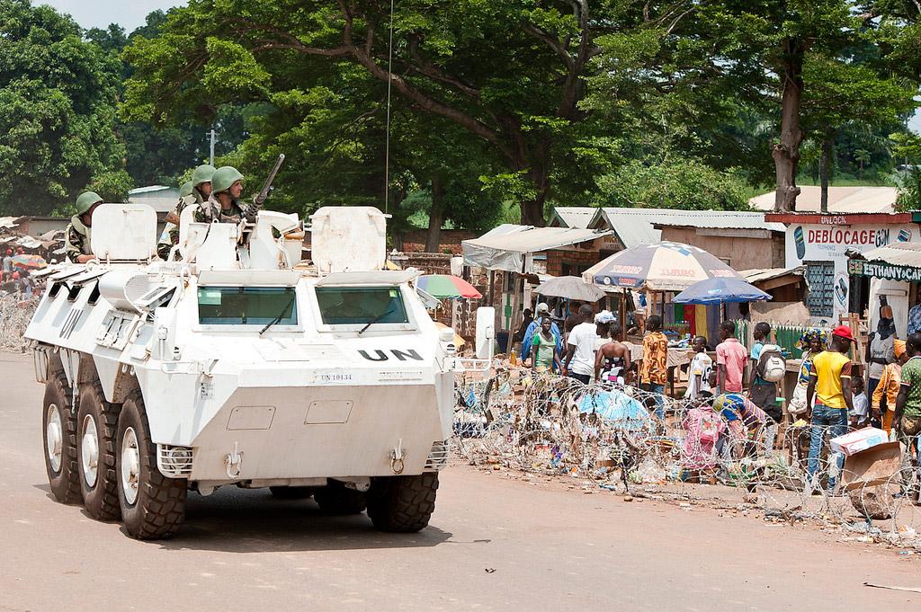 Un véhicule blindé marocain de la Mission multidimensionnelle intégrée des Nations Unies pour la stabilisation en République centrafricaine (MINUSCA). Crédits : UN