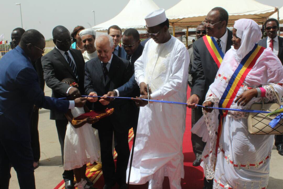 Le chef de l'Etat tchadien coupe le ruban d'inauguration à la cimenterie de Lamadji, ce lundi 13 juin. Alwihda Info